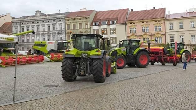 Těžká zemědělská technika na Horním náměstí ve Znojmě.