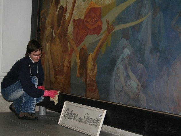 Zaměstnankyně zámku v Moravském Krumlově připavuje Muchovu Slovanskou epopej na novou sezonu.