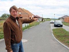 Starosta Olbramovic Roman Hybler představuje prostor, kde vyroste celkem devatenáct rodinných domů.