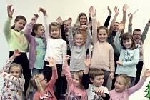 Děti z Pražské při nácviku písničky.