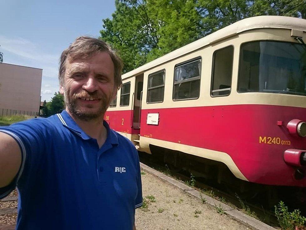 Martin Kouřil (na snímku) je správcem Místní dráhy na trati Hevlín - Hrušovany nad Jevišovkou. Splnil se mu sen.
