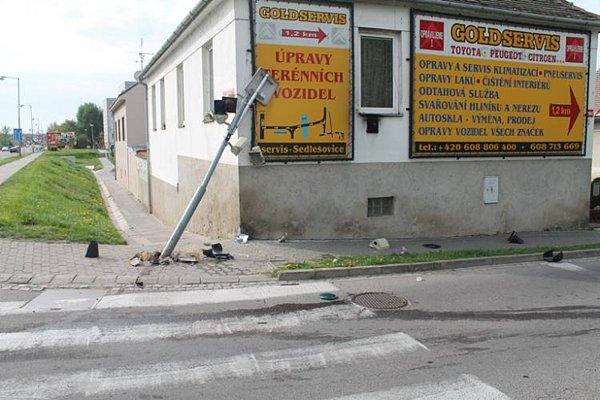 Opilý mladík vneděli ráno havaroval na křižovatce ulic Dukelských bojovníků a Melkusova ve Znojmě. Narazil do semaforu.