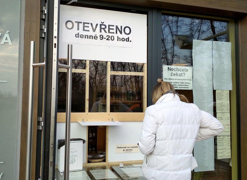 Vinotéka Vínovín na konci Pražské ulice ve Znojmě prodává víno a další sortiment jako sýry či olivy pouze přes okénko. Dovnitř nyní zákazníci nemohou.