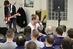 Tomáš Klus zazpíval vězňům ve Znojmě.