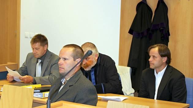 Trojice znojemských policistů stanula ve středu 27. června u soudu kvůli tomu, že měla bývalé ženě starosty pomoci k tomu, aby nepřišla o řidičák.
