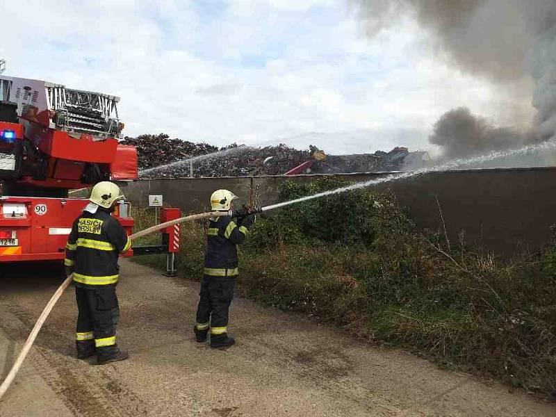 Požár autovraků v kovošrotu v Moravském Krumlově.
