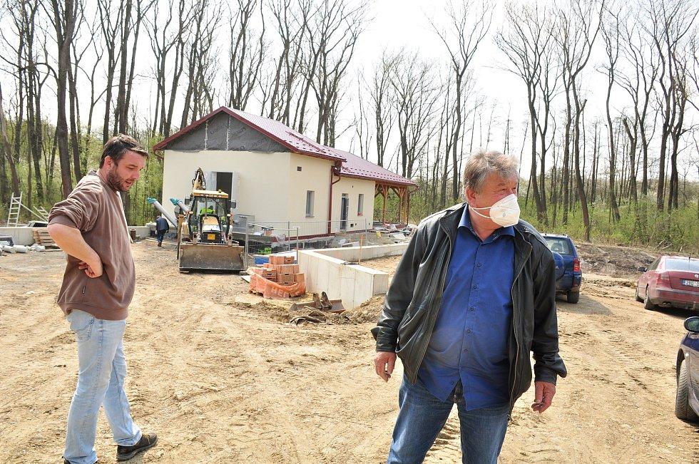 V Litobratřicích na Znojemsku dokončí kanalizaci a čistírnu odpadních vod na podzim, stát bude přes sto milionů korun. Na snímku vpravo starosta obce Milan Kadlečík.