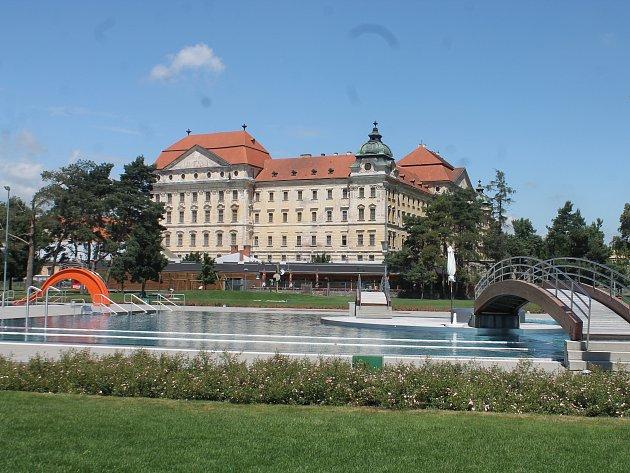 Areál znojemské městské plovárny v Louce, kde by mohl nový krytý bazén vyrůst. Ilustrační foto.