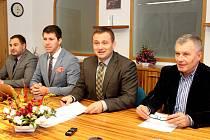 Zástupci znojemské koalice podepsali programové prohlášení. Zprava: Místostarosta Jan Blaha (ANO), starosta Jan Grois (ČSSD), místostarosta Jakub Malačka (ČSSD) a Karel Podzimek ml. (ODS).