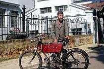 Libor Marčík přijel do Znojma na motocklu z roku 1904.