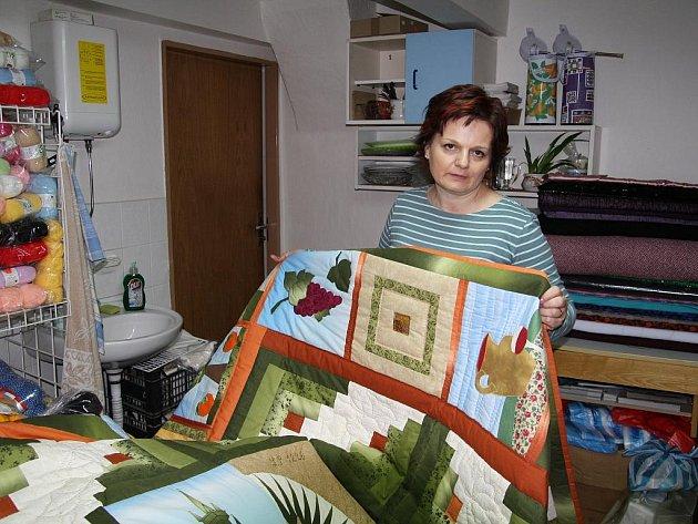 Jitka Kubíková provozující šicí techniku zvanou patchwork