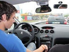 Jednu z praktických jízd v ulicích Znojma absolvoval i žák znojemské Autoškoly Neuschl Jaroslav Vrabec.