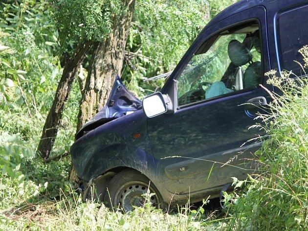 Dvě zraněné osoby vyprošťovali v sobotu odpoledne moravskokrumlovští hasiči na cestě mezi Vesrovicemi a Kubšicemi.