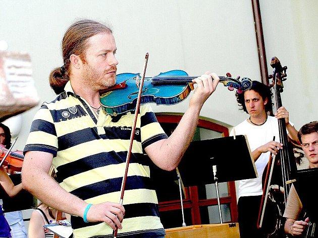 Známý houslový virtuos Pavel Šporcl byl hlavním magnetem letošních hudebních slavností. Ve znojemském Althanském paláci vystoupil s The Czech Ensemble Baroque Orchestra. Fotografie zachycuje zkoušku na koncert.