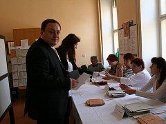 Ve Znojmě volil hned po otevření místností i jihomoravský lídr Strany práv občanů – Zemanovci Marian Keremidský.