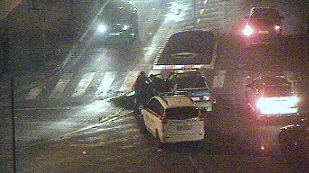 Podnapilý řidič boural. Kamarády krotili strážníci