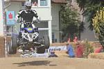 Ulicemi Hrušovan nad Jevišovkou se během druhého srpnového víkendu proháněli jezdci na čtyřkolkách, motorkách a motokárách v rámci závodů Supermotard 2019.