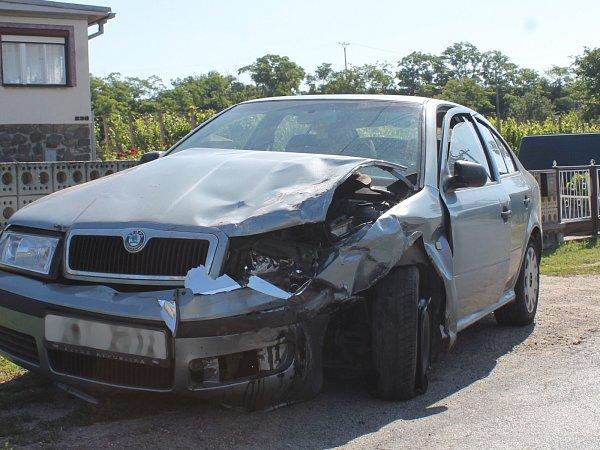 Přímo vTrstěnicích se vpondělí ráno srazila dodávka sosobním autem.