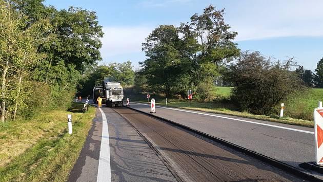 Státní silničáři frézují vozovku za Kasárnami u Znojma. Opravy potrvají do neděle.