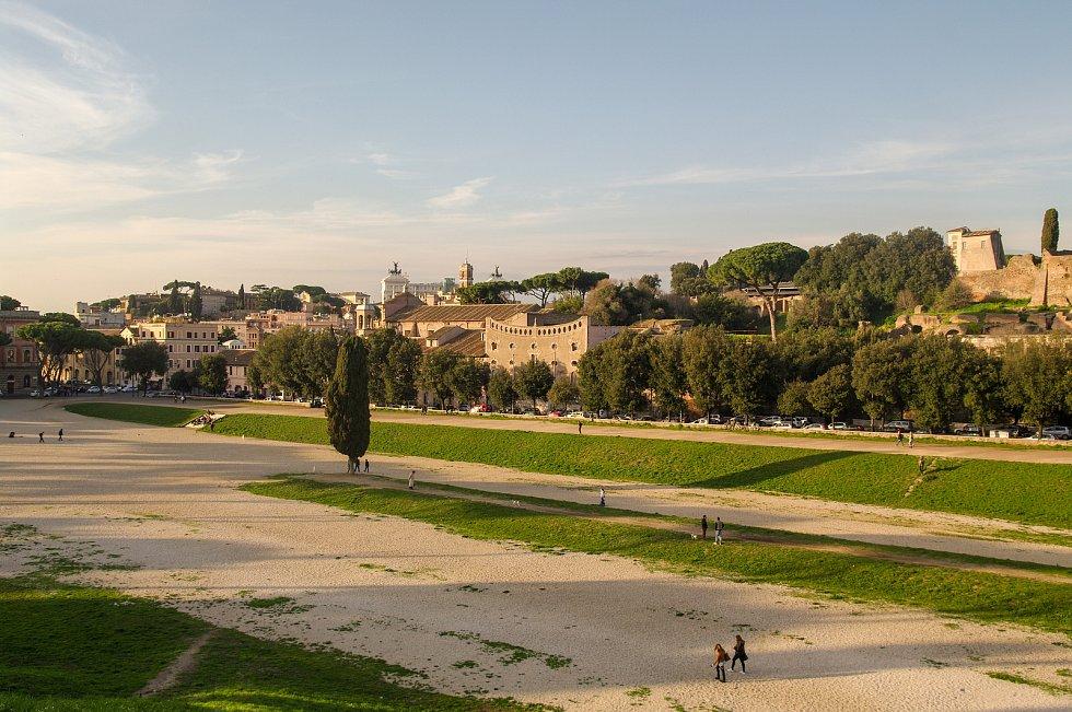 Pohled z Velkého cirku směrem k dalšími římskému pahorku, Kapitolinu.