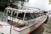 Vrak požárem zničené výletní lodi Dyje.