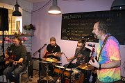 Koncert dvou známých znojemskzých kapel Hickory Jack a Po Pracovní Době přilákal do Chez Martine desítky lidí.