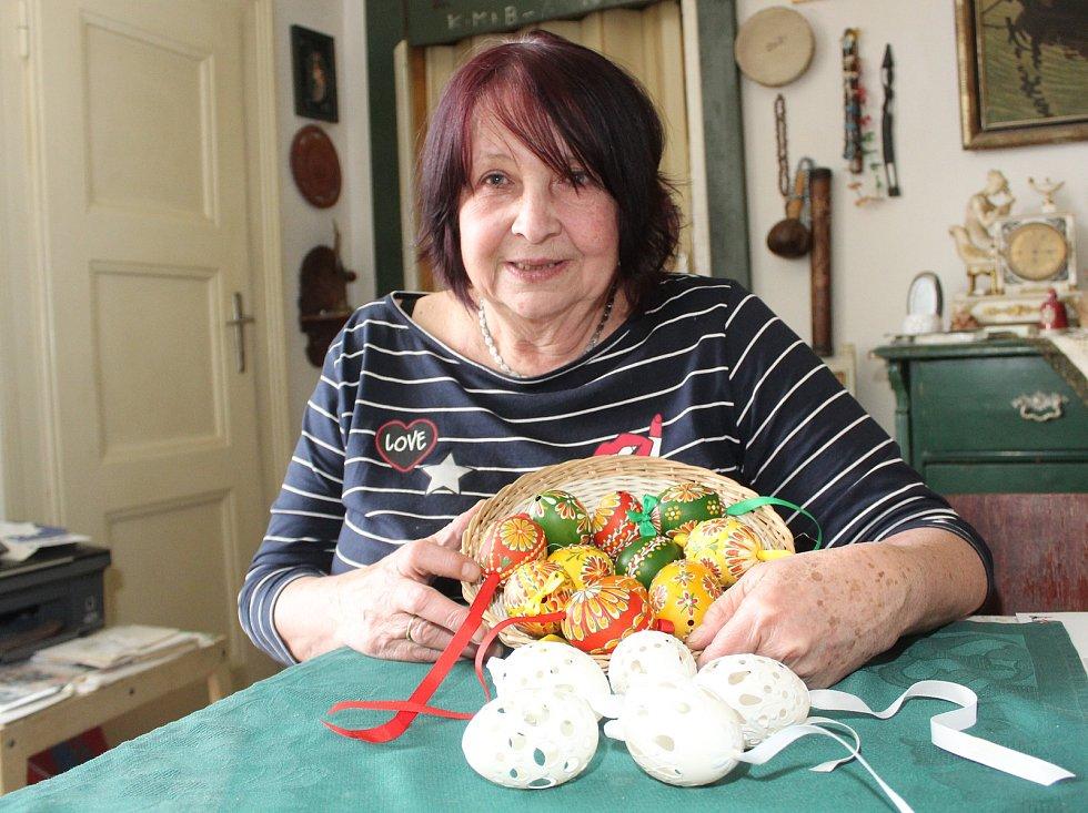 Olga Filová ze Znojma se věnuje osmačtyřicet let výrobě kraslic. Dnes už je dělá hlavně pro přátele.