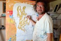 Výtvarník Arnošt Modráček ve svém atelieru u rozpracovaného díla s názvem Andělský soud.