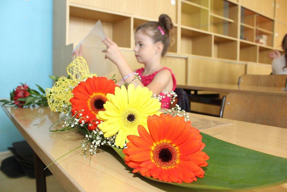 Také prvňáci z 1. B na Základní škole Pražská ve Znojmě si v poslední červnový den přišli do školy pro své první vysvědčení.