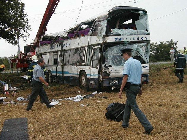 Známá a nebezpečná křižovatka silnice Znojmo – Brno se silnicí druhé třídy mezi Suchohrdly a Dyjí u Znojma stála při nehodě v roce 2002 život velmi mladé dívky. Čtyřicet dalších lidí se zranilo.