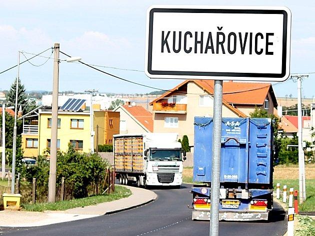 Kvůli uzavírce ve Znojmě si nejen kamiony našly novou objízdnou trasu - vede přes Kuchařovice.