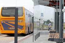 Nový autobusový terminál slouží cestujícím nedaleko Miroslavi.