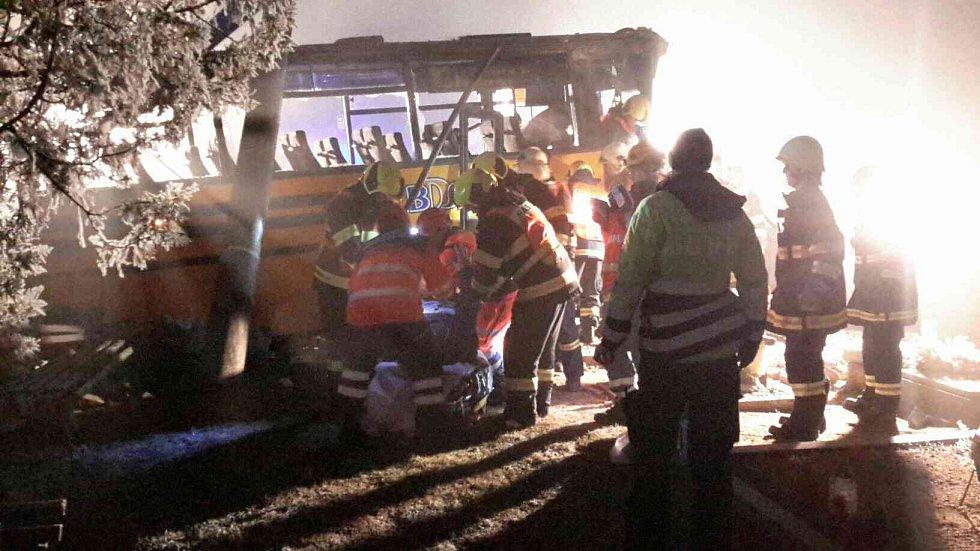 Na Znojemsku naboural autobus do hřbitovní zdi. Pět lidí se lehce zranilo.
