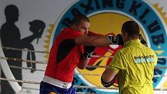 Boxer supertěžké váhy Dominik Musil se připravuje ve znojemské boxárně v areálu zimního stadionu pod vedením trenéra Miroslava Jánského.