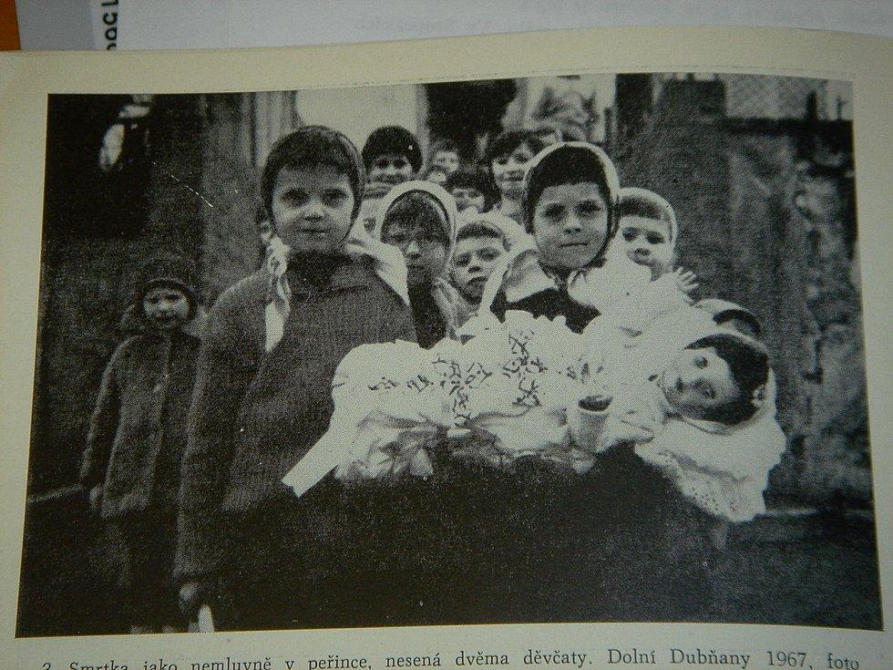 K předvelikonočním tradicícm patří zvyky spojené se Smrtnou neděli. Na snímku smrolkový průvod v Dolních Dubňanech v roce 1967.