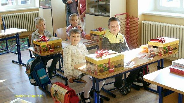 Žáci první třídy ze Základní školy Štítary. Třídní učitelkou je Hana Brenkusová.