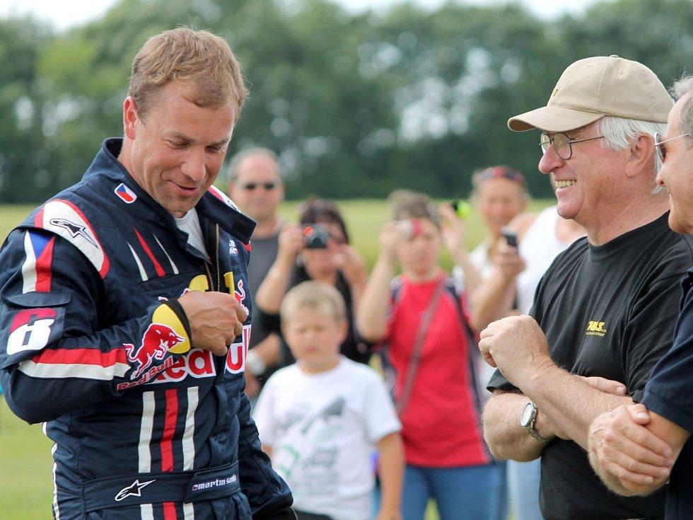 Martin Šonka, pilot světové série Red Bull Air Race, člen reprezentace České republiky v letecké akrobacii kategorie unlimited a vojenský pilot letounu JAS-39 Gripen předvedl své umění na 4. sletu ULL na Letišti Znojmo blízko Nového Šaldorfu.