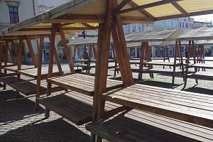 Stánky trhovců na znojemském Masarykově náměstí zely v pondělí dopoledne prázdnotou.