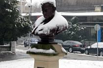Už druhou zimu nechrání, na rozdíl od předchozích let, plastiku Charlese Sealsfielda ve znojemském Horním parku žádná ochranná stříška. Podle radnice to není zapotřebí.