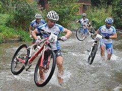Do studené vody Želetavky musí vlézt cyklisté během závodu.