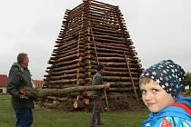 Už od začátku března chystali jednu z nejvyšších vater na Znojemsku dobrovolní hasiči s místními fotbalisty v Havraníkách na Znojemsku. Dokončili ji ve středu.