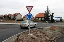 Nebezpečnou křižovatku v Polánce nahradil kruhový objezd.