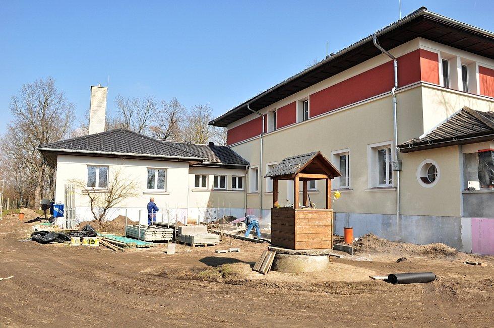 Budovu mateřské školy Hevlínští rekonstruují. Přistaví další třídu i kuchyň