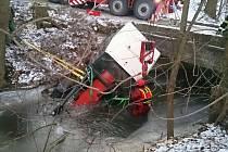 Traktor s vlečkou skončil ve vodě. Na pomoc přijeli hasiči s jeřábem.