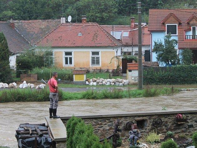 Rozvodněný potok a jevišovická přehrada mohou za vytopenou část Jevišovic zvanou Podolí.