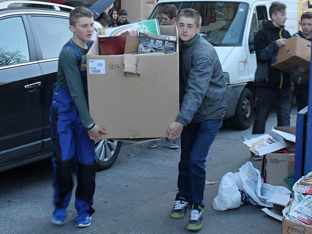 Školáci ze znojemské základní školy na Náměstí Republiky sbírají vždy dvakrát ročně starý papír.
