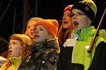 Na znojemské Horní náměstí přišly zpívat koledy dvě stovky lidí.