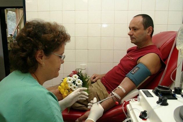 Krev chodí darovat převážně pravidelní a dlouholetí dárci.