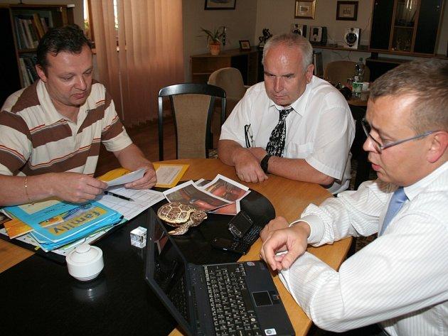 Tajemník městského úřadu Vladimír Krejčíř (uprostřed) na jednání u starosty Znojma. Archivní foto.