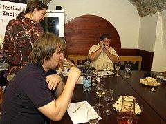 Odborná komise, složená mimo jiné třeba z profesionálního sommeliéra Michala Šetka či předsedy Sdružení VOC Znojmo Františka Koudely, hodnotila vína, která se budou prezentovat při koncertech letošního ročníku Hudebního festivalu Znojmo 2011.